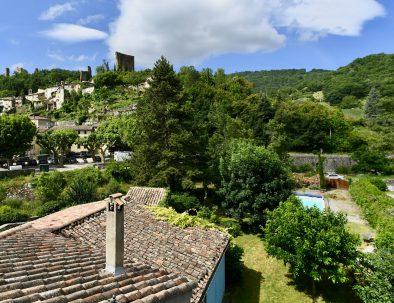 Vue sur le village médiéval de Bourdeaux